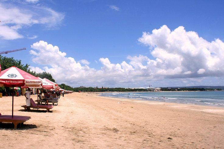 Pantai Kuta adalah salah satu pantai paling popular di Bali karena memiliki panorama yang sangat indah, terlebih saat matahari tenggelam atau sunset. Letak atau lokasi pantai Kuta terletak di kecamatan Kuta, tepatnya selatan Denpasar Bali.[Photo by pixabay.com/en/users/astama81-71731]