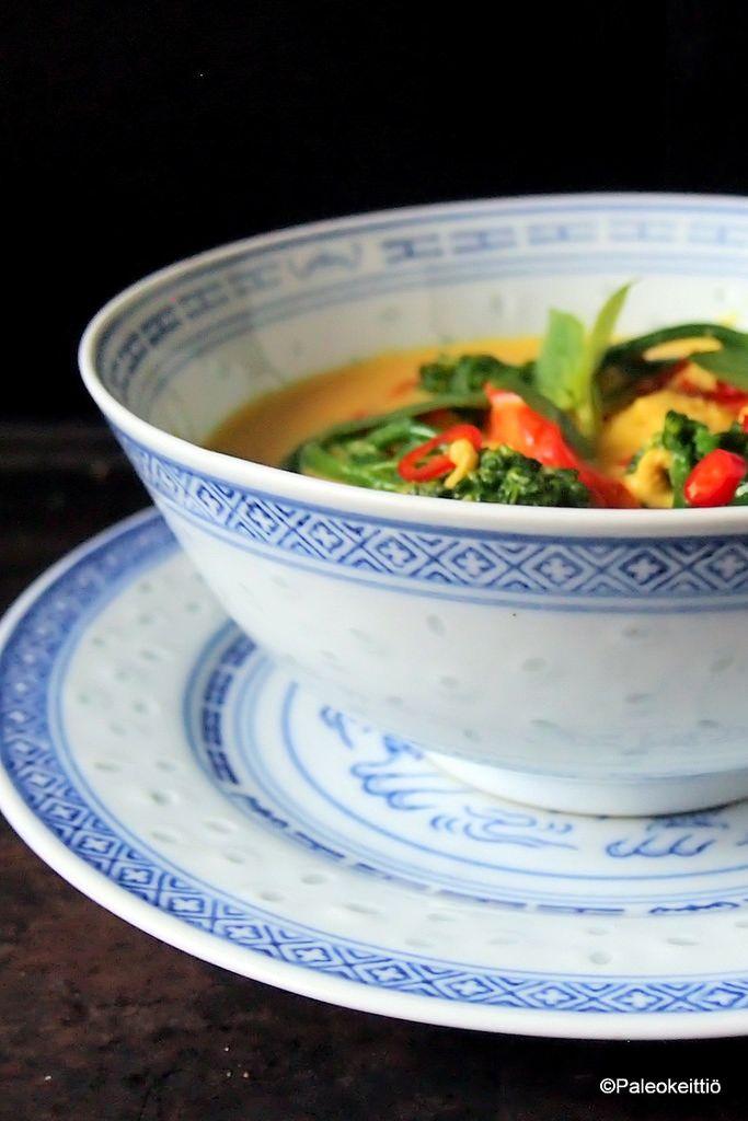 Kookoksinen mango-kanacurry  | Aasia on palannut emännän lautaselle, vaikka vasta jokunen viikko sitten uhkasin hylätä hetkeksi nämä hieman mausteisemmat maut ja keskittyä kevään raikkaisiin kokkauksiin. Noh, elämä on yllätyksiä…