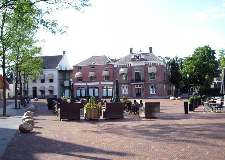Helemaal links op de foto is het voormalige stamhuis van Van den Heuvel te zien