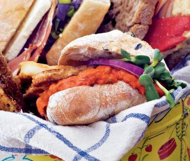 Välsmakande macka av ciabattabröd med stekt halloumiost, ajvar relish, rödlök och färskost smaksatt med pepparrot. Garnera din macka med solrosskott. En lagom lunchmacka som är både god och lättlagad.