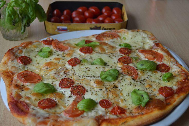 Rýchly a jednoduchý recept na pizzu, ktorá spolu s prípravou nezaberie viac ako 20 minút. Táto pizza je navyše rovnaká ak nie lepšia ako pizzerie.