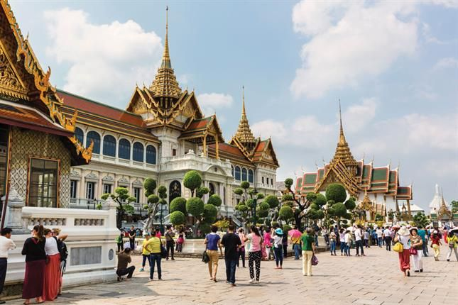 Entre palacios, templos, mercados y museos se pasa el tiempo en esta deslumbrante capital asiática. El Gran Palacio Real, a orillas del río Chao Phraya, que se empezó a construir en 1782 durante el reinado de Rama I  Las cúpulas tienen influencias camboyanas y chinas, en sus paredes está pintada la historia de Tailandia, con relieves de oro