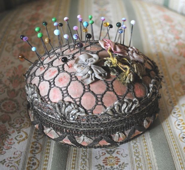 ANTIQUE Boudoir Box RIBBONWORK Roses French Silk & Metallic Lace Sewing box di villavillacolle su Etsy
