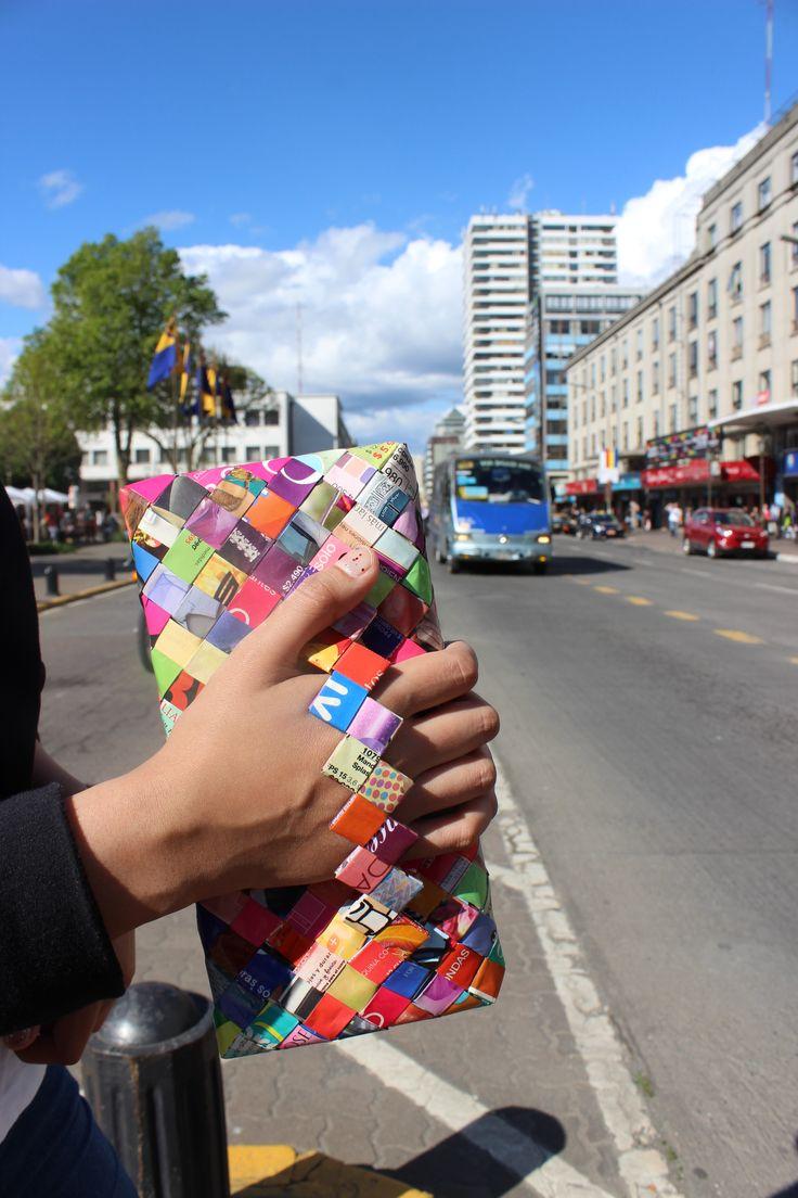 cartera hecha con papel de revista