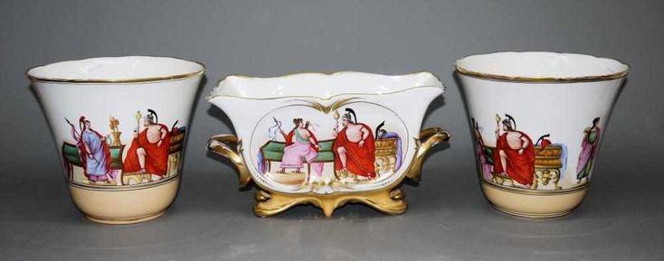 Zwei Porzellan-Cachepots und Jardiniere mit antikisierenden Szenen & Widmung Karlsbad, 1864-67 Paar Übertöpfe, konisch mit geschweiftem Goldrand, Dm 23 cm, und gefußte Jardiniere mit Henkeln, gesch