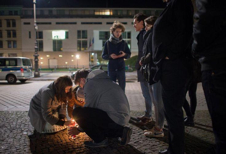Französische Botschaft in Berlin: Menschen zünden Kerzen an und demonstrieren...