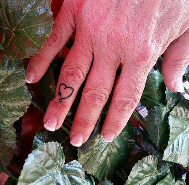Cuore sul dito tattoo
