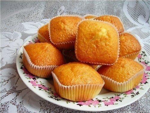 Фото к рецепту: Простые и вкусные кексы со сгущенкой