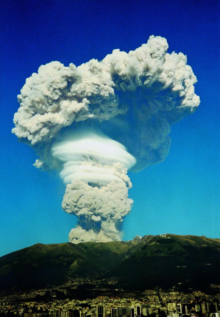 El jueves 7 de octubre de 1999, una columna de cenizas y vapor de agua que salía desde el cráter del volcán Guagua Pichincha, sorprendió a los quiteños. La fumarola que alcanzó 20 kilómetros de altura cubrió el cielo capitalino. Después de este evento, el volcán entró en una fase eruptiva freática. Dos días antes, había lanzado 5.000 toneladas de ceniza sobre Quito, inundando la ciudad de polvo grisáceo.