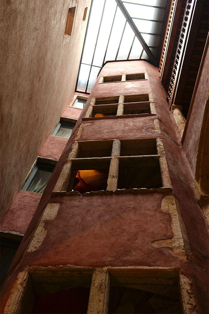 Bâtiment Renaissance dans le Vieux Lyon (ici La Cour des Loges un hôtel) vu sur http://atasteofmylife.fr