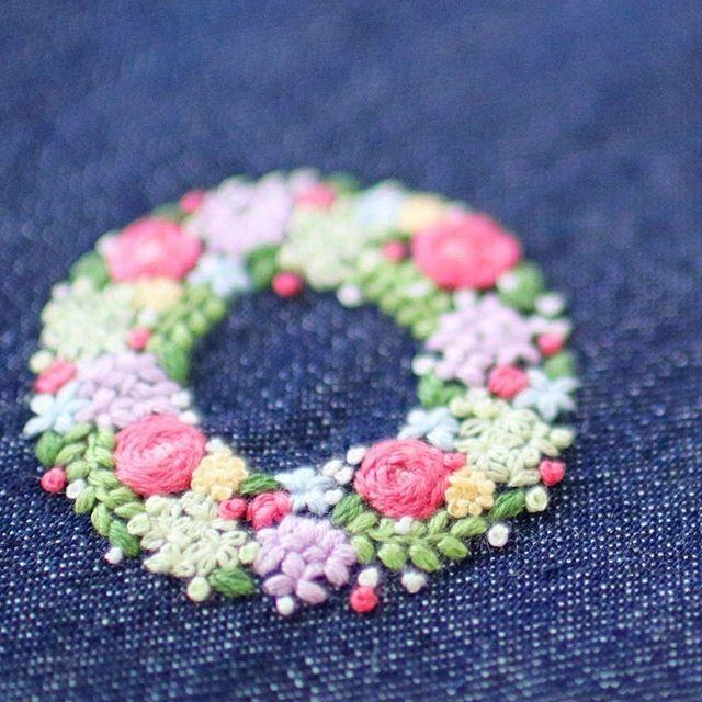 * . カラフルリース . . #刺繍#手刺繍#ステッチ#手芸#embroidery#handembroidery#stitching#needlework#자수#broderie#bordado#вишивка#stickerei