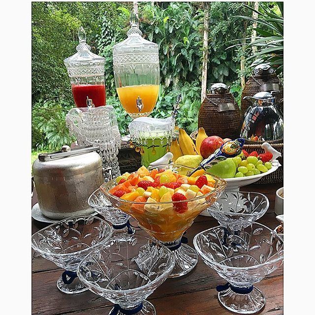 Uma mesa colorida e saudavel com muitas frutas e sucos…