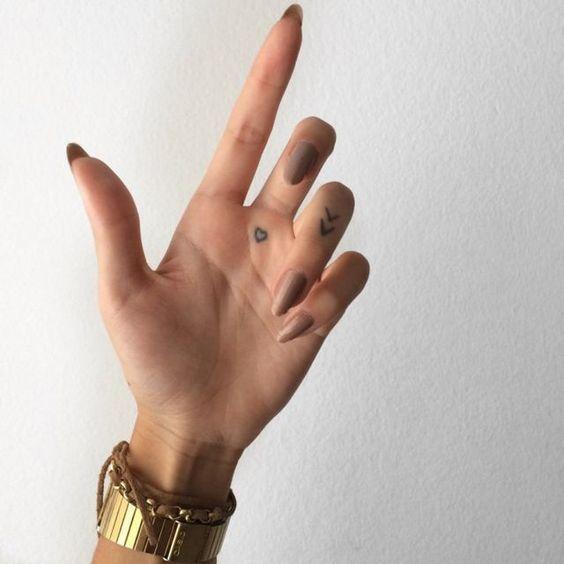 Warme Tattoos Haben Eine Lebensdauer Lialip Tatowierungen Rucken Tattoos Englische Kurzsatz In 2020 Kleine Fingertatowierungen Palm Tatowierungen Finger Tattoos