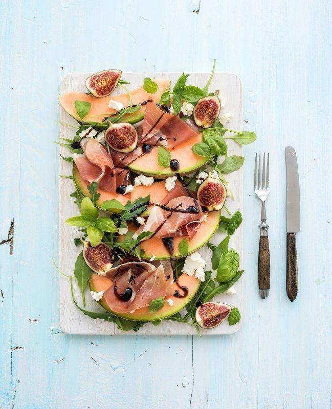 Une recette minceur et complète, qui contient des fibres, des protéines, à associer tout de même avec un peu de glucides complexes (pain complet, ou riz basmati) : une salade de melon et jambon cru
