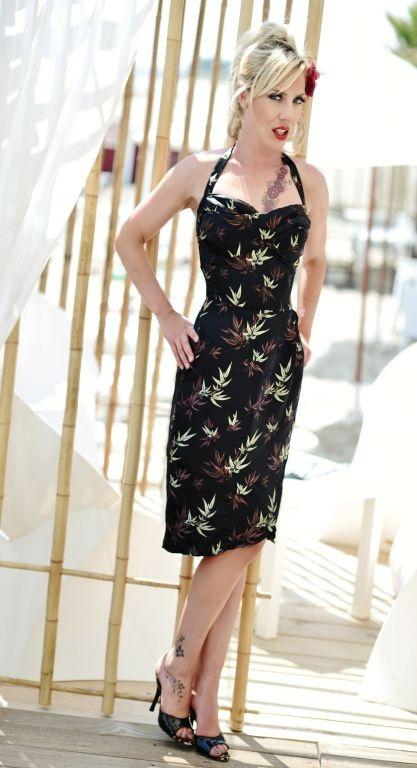 Robe Tiki en noir   ROBES PIN UP ATTITUDE : Une fascinante reproduction vintage tout droit sortie de la « Dolce vita à l'Américaine » quand le « Tiki style » (le culte de la génération pop américaine des 50's-60's pour la culture Polynésienne) faisait fureur! http://www.pinupattitude.com/gamme.htm?products_name=Robe+Tiki%20en%20noir_id=1#  #robe #vintage #oldschool #rock #pinup #attitude #retro #50s #rockabilly #glam #bettiepage #tiki