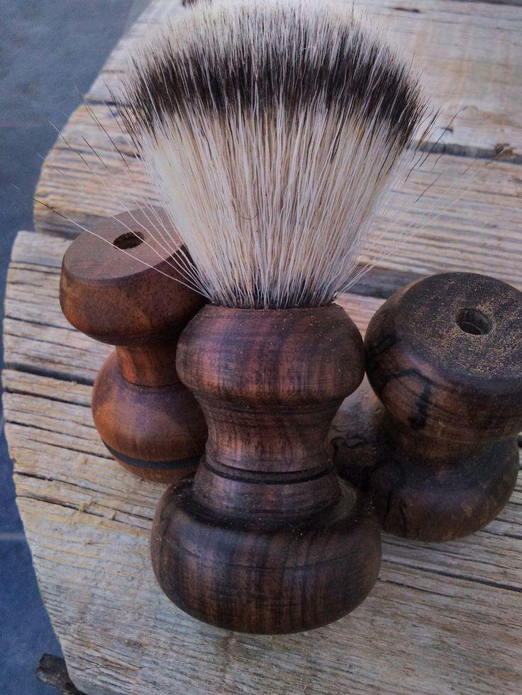 Χοιροποιητο πινέλο ξυρίσματος από ξύλο καρυδιά με θυσσανό συνθετικό απομίμηση αλόγου