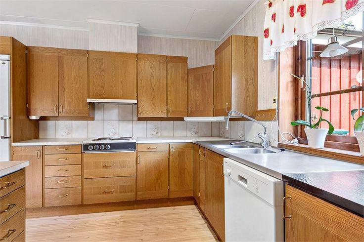Kök Ett rymligt kök med mycket förvaringsmöjligheter, mycket arbetsbänkar. Bra plats för köksmöblerna intill fönstret. Kökskåpen är i ek, allt är från HTH-kök. Golvet har plastmatta och väggarna är tapetserade.