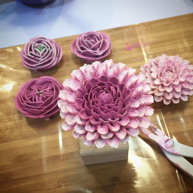 I am teaching in Basic Flower Cake Class. #ellbaking #ellebakingflowercake #ellebakingstyle #ellebakingcake #ellbaking #เค้กดอกไม้ #flowercakeclass #thaiflowercake #thailandflowercake #chrysanthemum