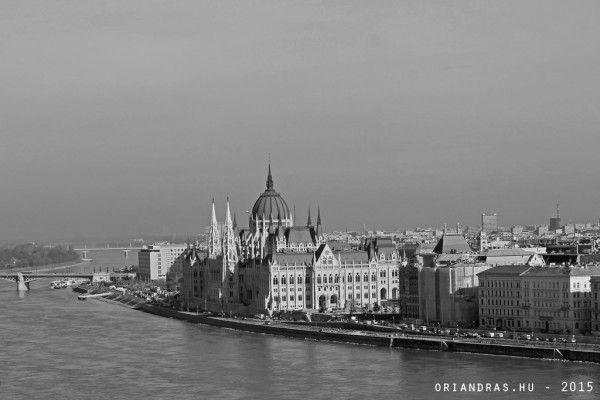 Fekete-fehér parlament -  A fekete-fehér fényképezést a digitális gépek megjelenése óta értelmetlennek tartom. Inkább fotózok mindent színesben aztán egy gombnyomással átkonvertálom a képet fekete-fehérbe. Ahogy tettem ezt most a Parlamentes fotóval is.  Tavaly februári a kép és borzasztóan hidegek voltak a színeiviszont a kristálytiszta időben nagyon szép éles képet sikerült készíteni a várból a Parlamentről.  Fekete-fehér parlament via Őri András  Blogok #budapest #itsmylife #pinterest