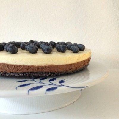 Double Chocolate Oreo Cheesecake w/ fresh blueberries. Royal copenhagen. Find recipe: www.modernhousewife.dk/#post228