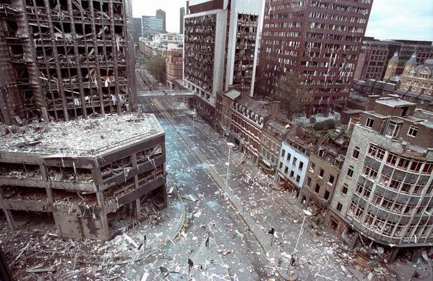Ulica Wormwood w Londynie po ataku bombowym IRA, 24 kwietnia 1993 roku. Jeden z członków Irlandzkiej Armii Republikańskiej uprzedził policję o podłożonym ładunku, dzięki czemu zginęła tylko jedna osoba