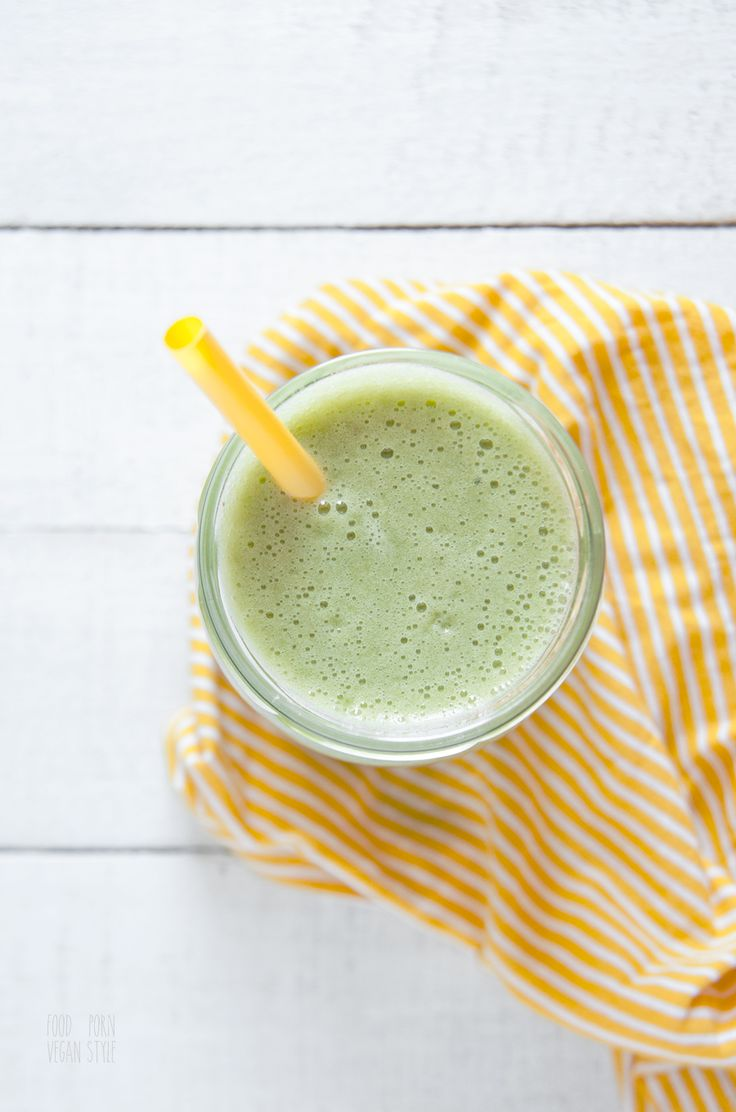 Green smoothie with pineapple, lamb's lettuce, maca and apples. Raw and vegan