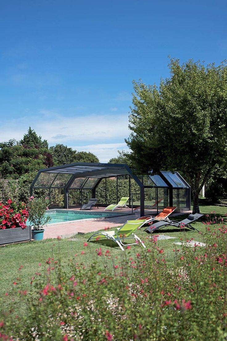 Un beau jardin et une belle piscine pour profiter des beaux jours ! #abripiscinerideau #quintessenz