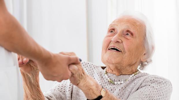 Los cuidadores hacen una labor que aún está pendiente de reconocimiento  Demandan mayor apoyo social y herramientas que les permitan un respiro dada su alta dedicación  http://www.abc.es/familia/mayores/abci-cuidadores-hacen-labor-esta-pendiente-reconocimiento-201611041150_noticia.html