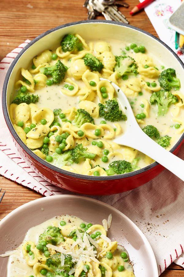 Öhrchennudeln machen Spaß beim Essen. Zusammen mit Brokkoli und Erbsen wird aus ihnen der grüne Öhrchennudel-Topf.