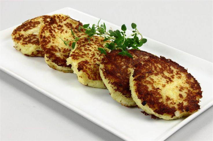 Kartoffelblandingen steges som små tykke pandekager i olivenolie til de er gyldne.