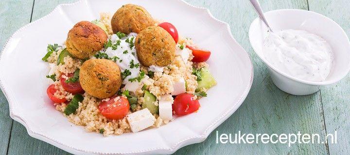 Frisse couscous salade met zelfgemaakte falafel balletjes en een yoghurt muntsaus