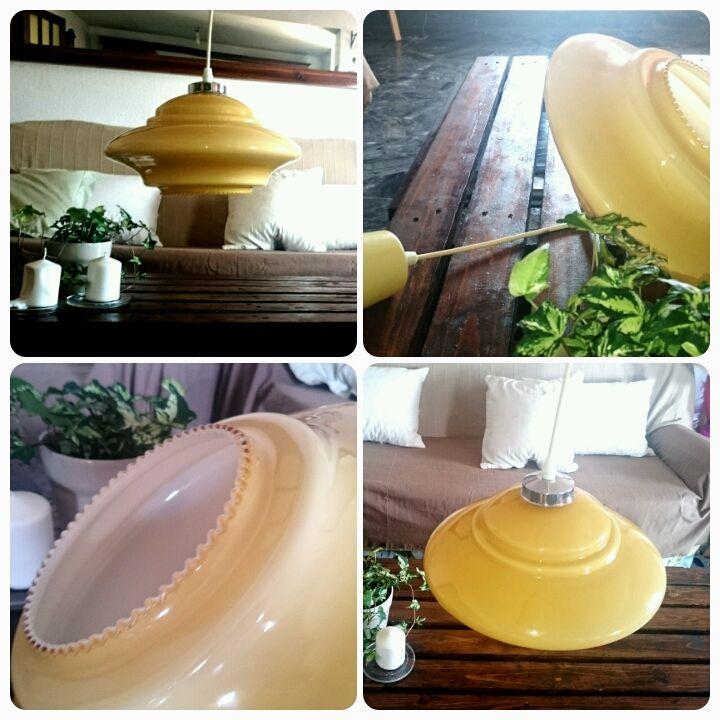 Lampara de opalina de años 60/70, color mostaza y blanca en su interior. Super bonita. Decoración vintage.   Medidas: ancho 30cm, altura 18cm.  Precio: 35 euros.