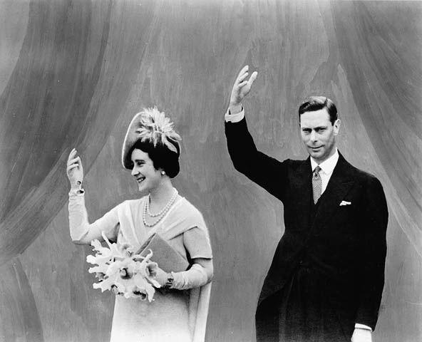 Elizabeth portant une robe, un chapeau et un bouquet et George VI en costume font signe de la main.