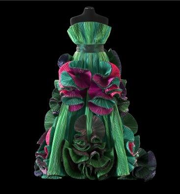 Collezione 1989 - Galleria Nazionale d'Arte Moderna, Roma.  abito da sera  tessuto taffetas di seta  caratteristiche  plissé  colore  verde vari toni, viola e fucsia