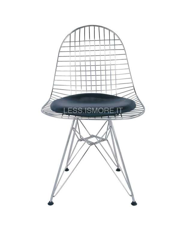 Sedia Wire DKR, seduta in pelle, Eames, 1951. Per questo prodotto, l'apporto artistico di Ray Eames incontra la sensibilità più ingegneristica di Charles Eames, realizzando un design dai valori armonici ed equilibrati, comuni a entrambi. La forma organica offre comfort anche senza bisogno di un rivestimento, nonostante la sedia si presti ad accogliere imbottiture per la seduto o per lo schienale, che creano un effetto ottico originale e d'effetto.