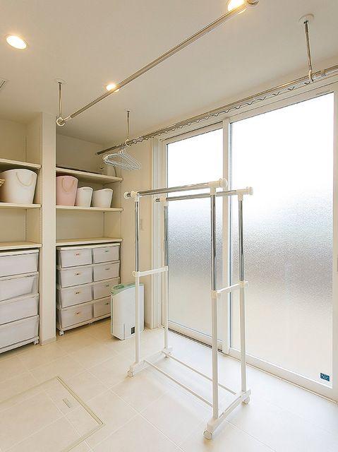サニタリーは、キッチンと隣接させ、料理・洗濯動線を最短に。朝や帰宅後の動線も短縮できる。収納スペースを至る所に設け、居住空間から生活空間を消している。