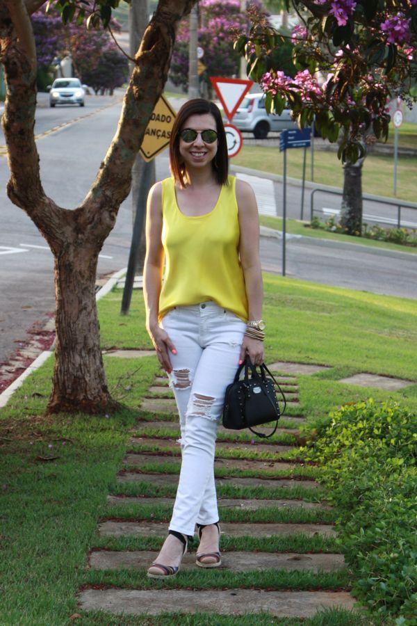Look de calor com jeans branco destroyed, regata amarela de cetim, espadrille e bolsa com spikes