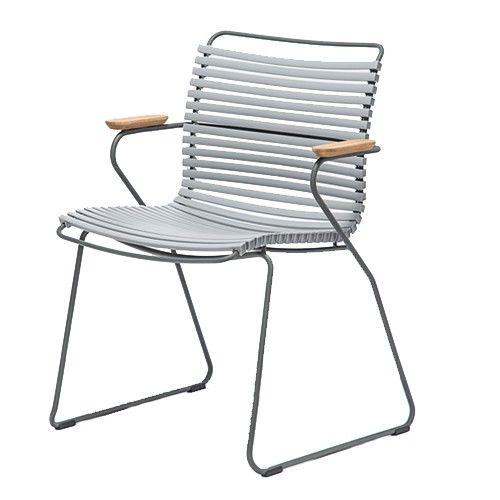 De Click stoelen bestaan uit een gepoedercoat metalen frame met plastic lamellen en armleuningen van bamboe. Afmetingen: h 45