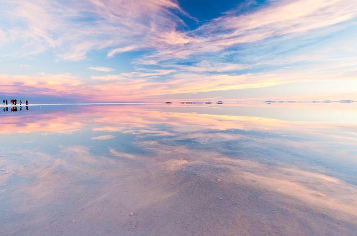 45. Salar de Uyuni, en Bolivie Le vaste désert de sel blanc et lisse reflète le ciel au coucher du soleil.