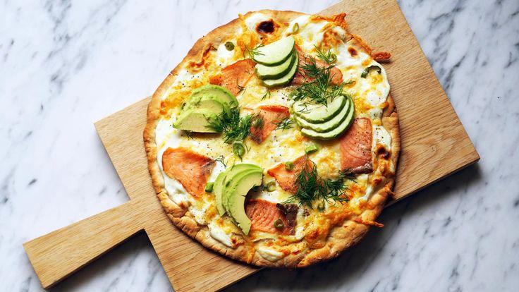 Hvit pizza med røkelaks og avokado