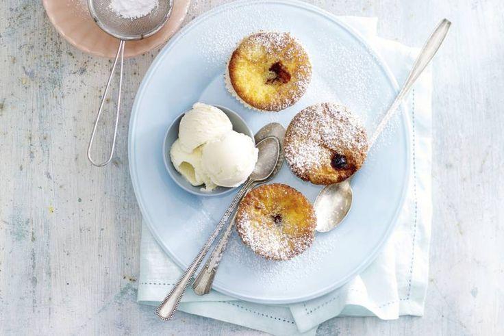 Hét perfecte toetje voor elke gelegenheid: cakejes met een hart van zacht fruit. Recept - Cupcakes met zwarte kersen - Allerhande