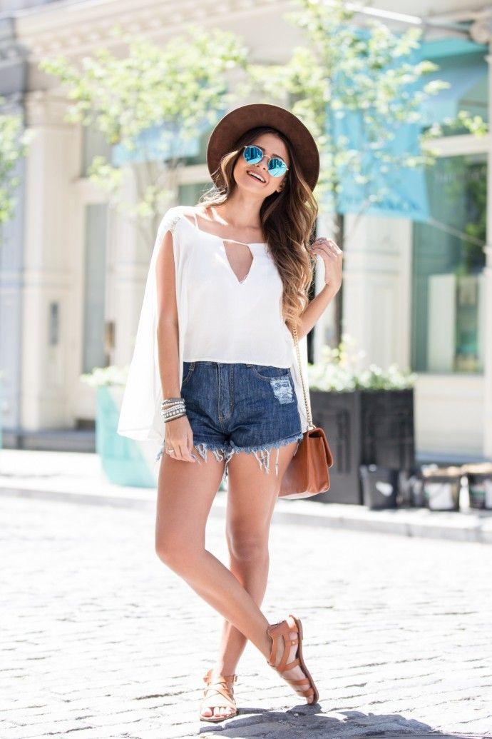 blusa branca e short jeans                                                                                                                                                                                 Mais