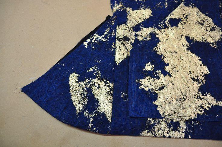 a.guery lin épais teint à l'indigo puis doré à la feuille - détail du soufflet de coté - veste
