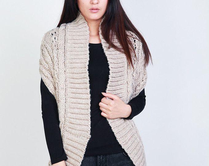 È un maglione croce che abbraccera  il tuo corpo e ti fa sembrare super-sottile.  Non è solo un maglione e inoltre si può indossare come scaldacollo. Vedi Ultima foto per i dettagli. Si può indossare serbatoio, tee manica lunga e camicia sotto di esso. È fatta di 100% lana che è molto morbido e caldo.  Colore: moka  Dimensione: S (NOI 0-4) M (US 6-8) L (US 10-12)  Altri colori: marrone, antracite, grigio, nero, blu, bianco e mulburry disponibili. Pls fammi conoscere la tua taglia così posso…