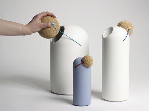 Thomas Kral criou esta série inteligente de objetos inspirados pelo nariz de palhaço vermelho . A tampa de cortiça é ligado ao recipiente de cerâmica com elástico colorido.