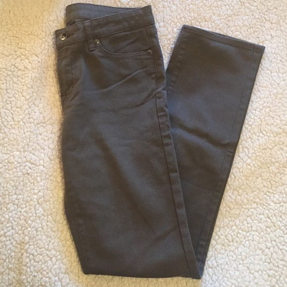 DEAL OF THE DAY NWOT UNIQLO Grey Skinny Jeans NWOT UNIQLO Slate Grey Skinny Jeans - Brand new without tags and in mint condition since they've never been worn. They're a size 27 and fit true to size. (98% cotton and 2% spandex) Smoke free pet free home. A great pair of denim for every wardrobe! UNIQLO Jeans Skinny