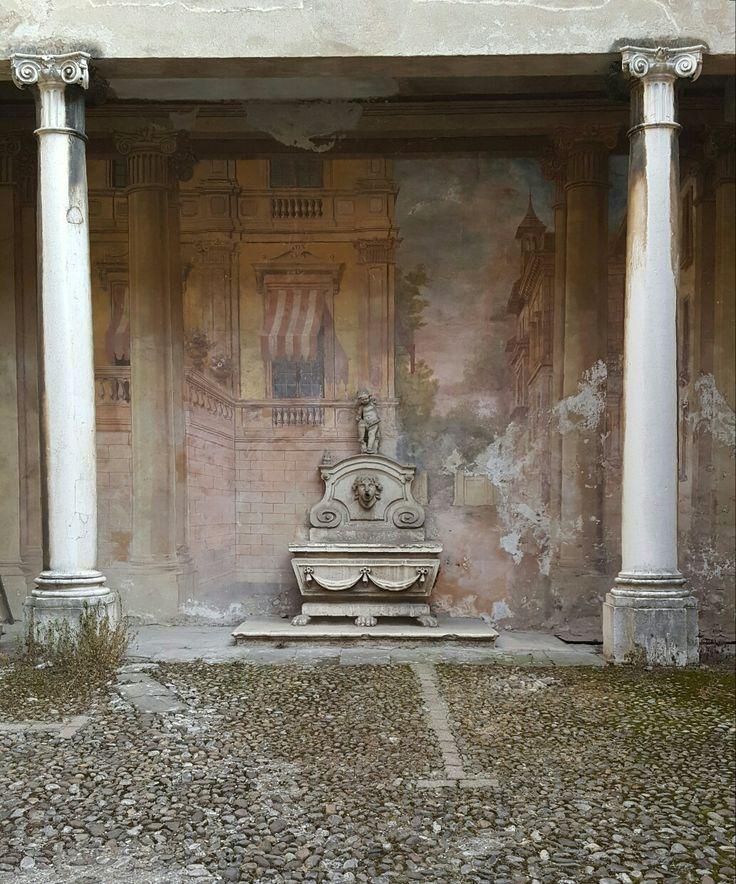 Palazzo Appiani ora Arici edificato nel 500 (Cortile interno)