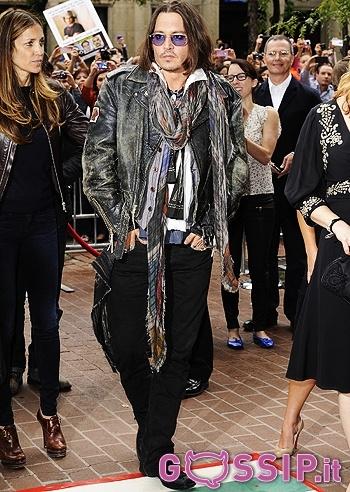 """Johnny Depp torna sul red carpet per la prima volta dopo la rottura con la compagna Vanessa Paradis (con cui ha avuto due figli, Lily-Rose e Jack) in versione un po' bohémienne e un po' pirata Jack Sparrow, indossando jeans neri, giacca di pelle, due diverse camicie, un paio di sciarpe e occhiali da sole viola. A Toronto per promuovere il film """"West of Memphis"""", non in veste di attore ma di amico dei protagonisti del documentario (tre uomini che nel 1993 erano stati ingiustamente condannati…"""