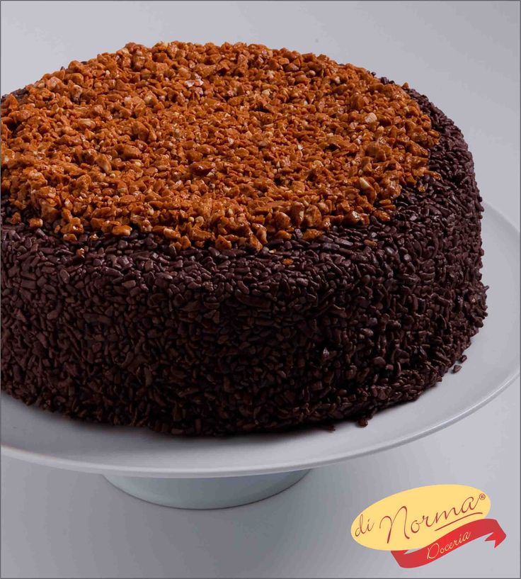 """""""Bolo Crocante"""" (Aro 24   Aro 30) - Bolo de chocolate molhadinho, recheado e coberto de brigadeiro com pedaços de crocante de castanha de caju."""