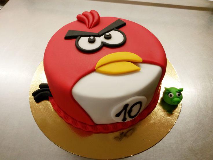 Dětský dortík Angry birds, potažený barevným fondánem.